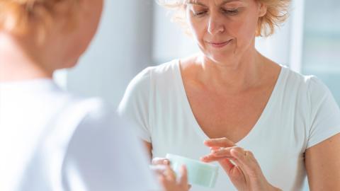Hautpflege ab 50: Dieser Hautcreme-Bestandteil kann uns im Alter gefährlich werden