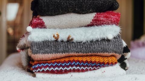 Kleiderschrank für den Herbst: So schaffst du genug Platz für Pullover & Co.