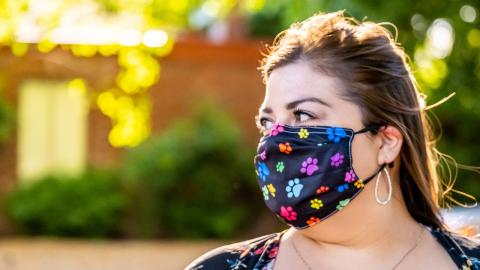 Mit diesem modischen Must-have vergisst du deine Maske nie wieder!
