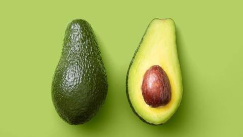 Mit diesem Lebensmittel bleiben Avocados ganz einfach länger frisch!