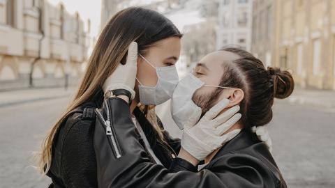 Flirten mit Maske: Eine Psychologin erklärt, wie es geht