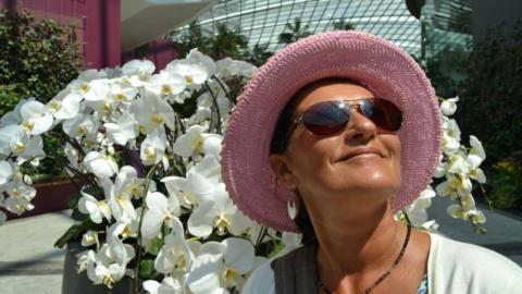 Damit ihre Orchidee lange blüht, legt diese Frau etwas ganz Bestimmtes in den Blumentopf