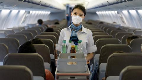 Flugmythos aufgeklärt: Macht Alkohol im Flugzeug schneller betrunken?