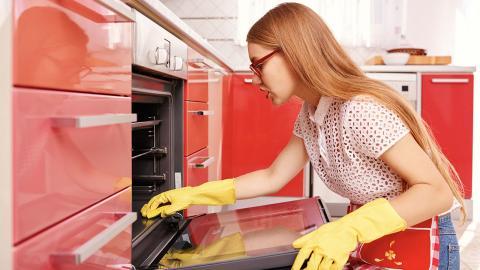 Lifehack: So glänzt euer Ofen innerhalb weniger Minuten wieder wie neu