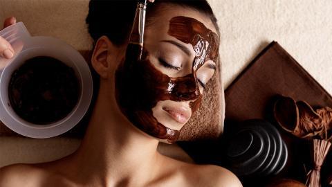 Make-Up-Trend: Darum schütten Influencerinnen sich reihenweise Kakao ins Gesicht