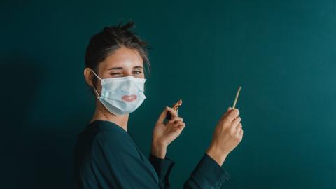Trotz Maske endlich wieder Lippenstift tragen: Mit diesem Accessoire ist das möglich ohne zu verschmieren!