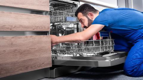 Mann entdeckt versteckte Funktion von Spülmaschinen