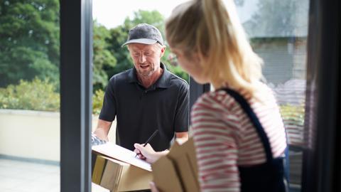Betrugsfalle Post: Darum solltest du keine Pakete für deinen Nachbarn annehmen