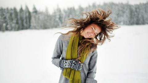 Die richtige Haarpflege im Winter: So geht's!