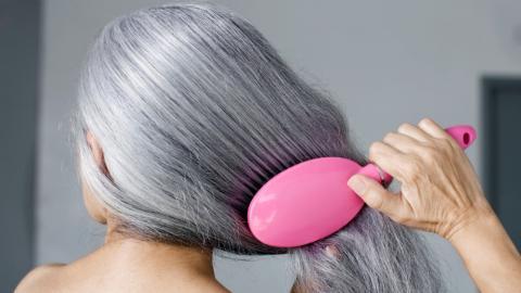 Ja zum grauen Haar: So pflegt ihr eure silberne Haarmähne richtig