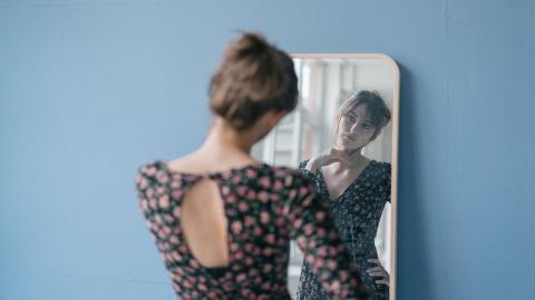 Aufgedeckt: Warum findet man sich im Spiegel hübscher als auf Fotos?
