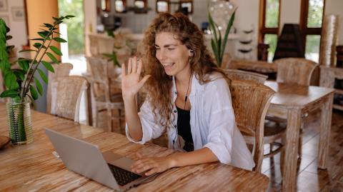 Psychologie: 5 Sätze, die dich im Videocall zur beliebtesten Kollegin machen