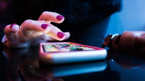 Chamäleon-Effekt: Was mit deiner Umgebung passiert, wenn du auf dein Handy schaust