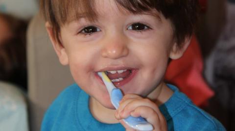 Schmerzen beim Zähneputzen: Antibiotika führen bei Kindern zu Kreidezähnen