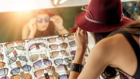 So sehr kann es deinen Augen schaden, wenn du die falsche Sonnenbrille trägst