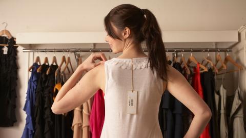 Auf TikTok enthüllt: Dieser Geheimcode auf den Etiketten hilft dir Klamotten zu shoppen, die wirklich passen