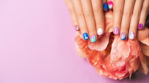 Abstract Nails: Auf Instagram trägt man jetzt Kunst auf den Nägeln