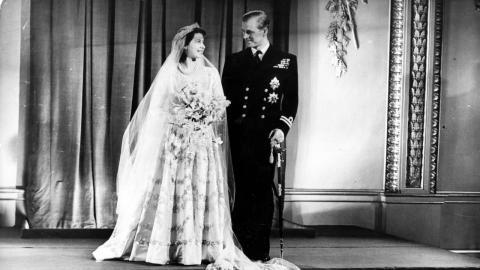Die Frage aller Fragen: Was versteckte Queen Elizabeth damals unter ihrem Hochzeitskleid?