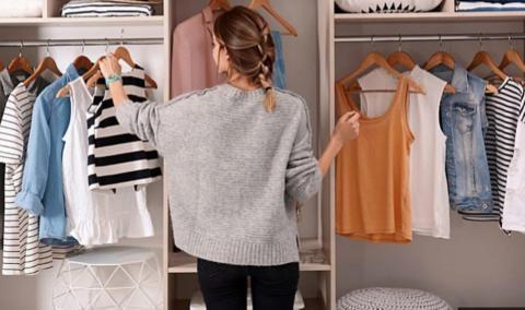Genial: Mit diesem Trick schaffst du Platz und Ordnung im Kleiderschrank