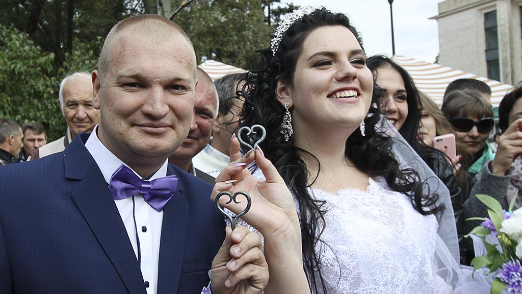 Beim Blick auf die Hochzeitseinladung fällt den Gästen die Kinnlade herunter