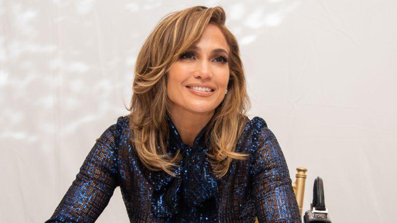 Neuer Look: Jennifer Lopez ist jetzt blond und punktet extravaganten Kleid