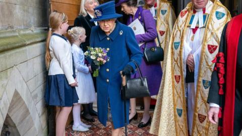 Foto der Queen wirft Fragen auf: Warum geht sie plötzlich mit Gehstock?